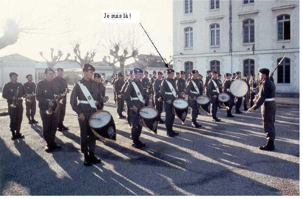 Avec la musique militaire au Tambour
